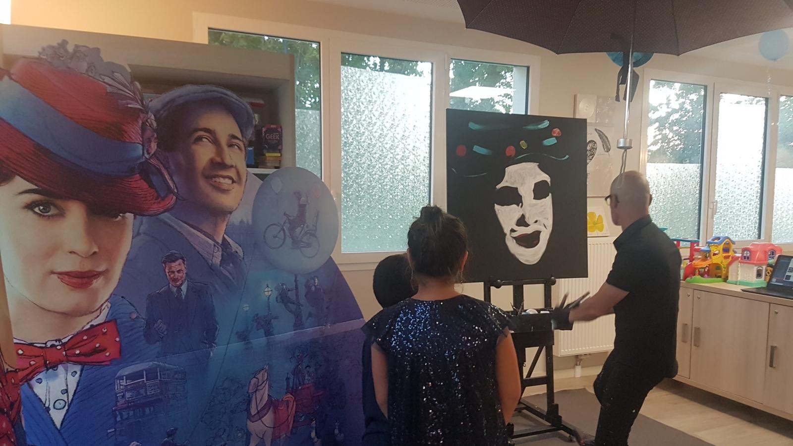 Photo de la réalisation d'une oeuvre par Zapata à la résidence Mary Poppins de Vauréal