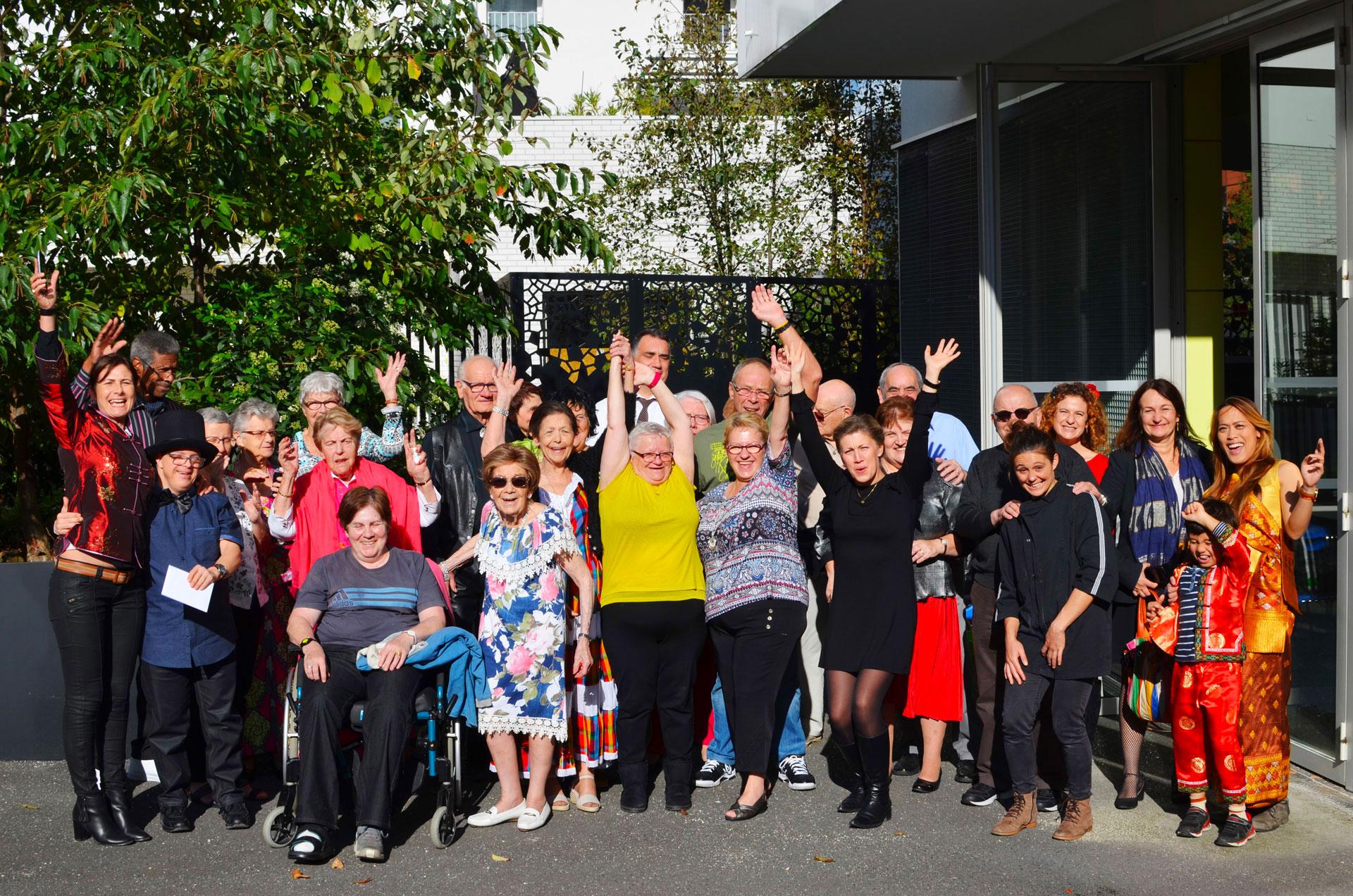 Photo d'un groupe de résidents de la commune d'Evry heureux de vivre ensemble